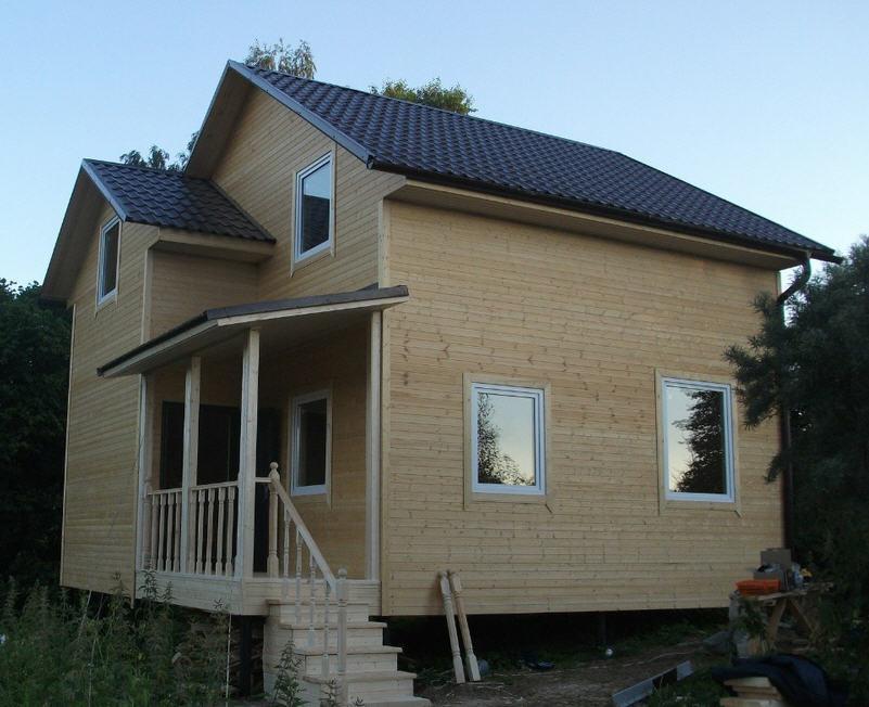 Недорогой дачный дом, каркасный или из бруса, двухэтажный, размер 7 х 7 метров.